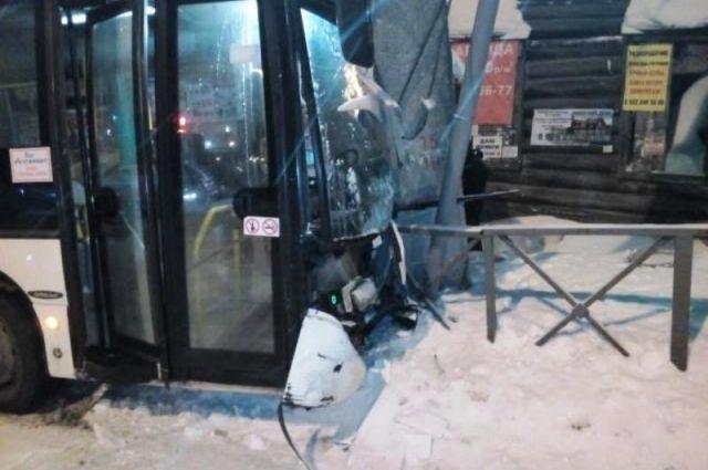 В Перми в ДТП с автобусом пострадали два человека.
