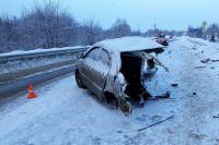В Пермском районе легковой автомобиль разорвало пополам после ДТП.