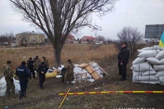 Полицейские изъяли у мужчин в камуфляжной форме несколько единиц огнестрельного оружия и спецсредства.