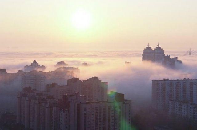 Водителей предупредили о густом тумане, который утром в пятницу наблюдается в ряде областей Украины.