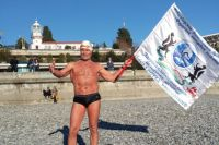 В Сочи морж-рекордсмен переехал, чтобы зимой заниматься бегом, но и плавание не забывает. Зимой Чёрное море для него - самое то.