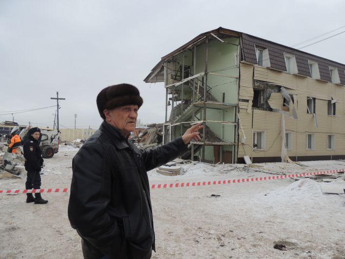 Александр жил в разрушенном доме на втором этаже. Во время взрыва его придавил холодильник. Говорит, что это спасло ему жизнь.