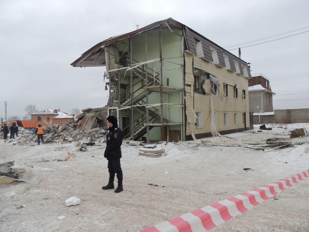 Место ЧП оцеплено - находится возле обрушившегося дома опасно.
