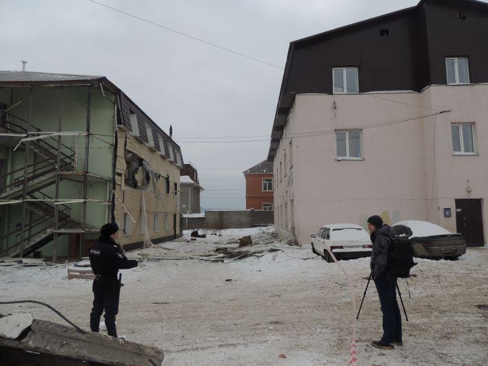 Напротив разрушенного дома - такой же нелегальный многоквартирный дом.