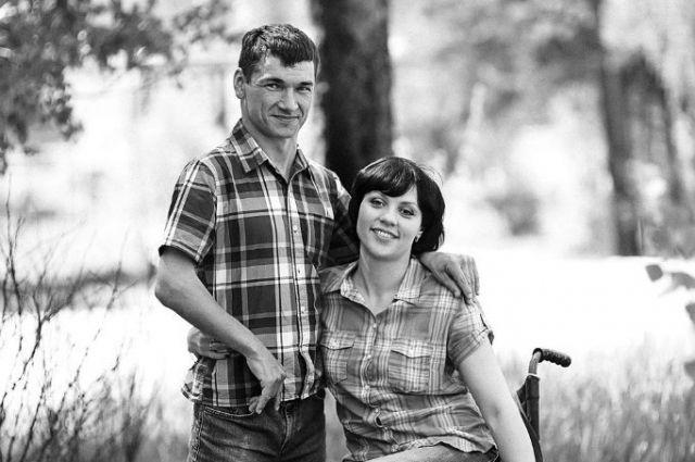 Алексей встретил свою жену Наталью на слёте молодых инвалидов и полюбил.