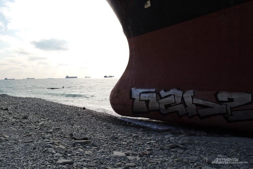 Граффити на борту.