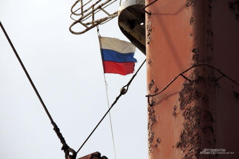 Над судном развевается российский флаг.