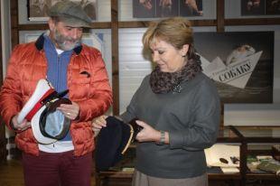 Евгений Гришковец передал Музею Мирового океана морские фуражки