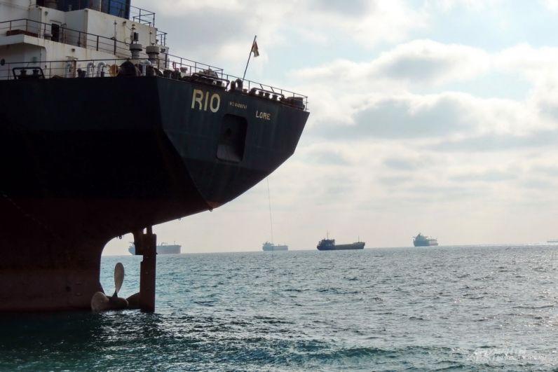 Гребной винт корабля находится в воде только наполовину.