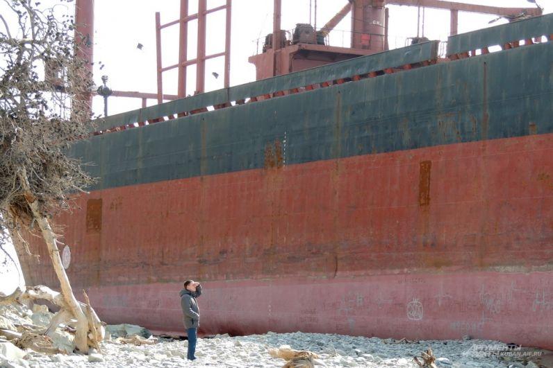 Размеры судна впечатляют всех, кто оказывается рядом с ним.