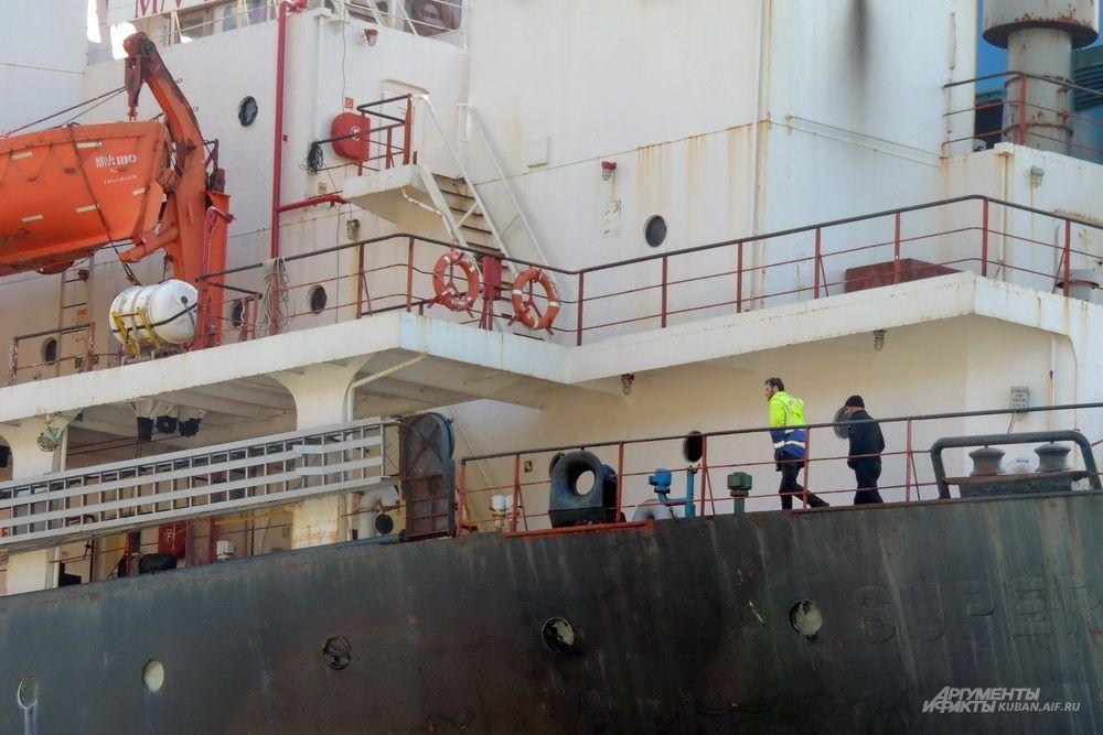 На судне ещё остаются несколько членов экипажа.