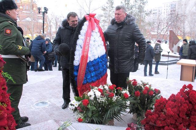 Энергетики Оренбуржья возложили цветы к памятнику воинам-интернационалистам.