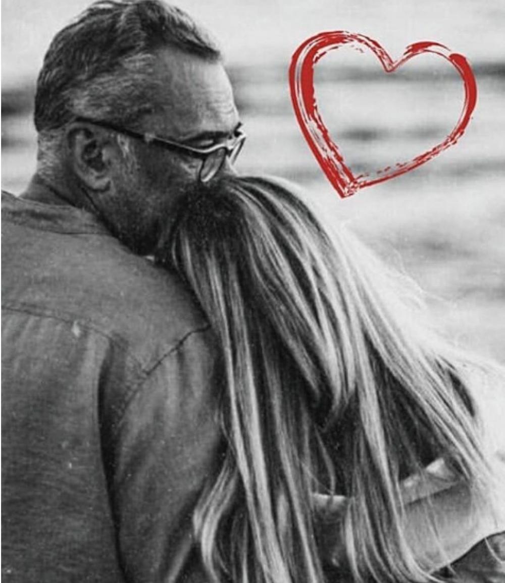 """Вера Брежнева нечасто балует подписчиков фотографией со своим супругом, но в День Влюбленных решила поделиться новым снимком. """"Любите"""" - подписала Брежнева фото."""