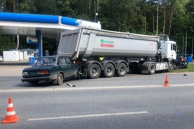 Автолюбитель в Комсомольске влетел под грузовик и убежал.