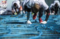 По правилам гонки группы по 50 спортсменов одновременно стартуют на равнинном участке перед трамплином и бегут около 70 метров перед тем, как начать забег на трамплин