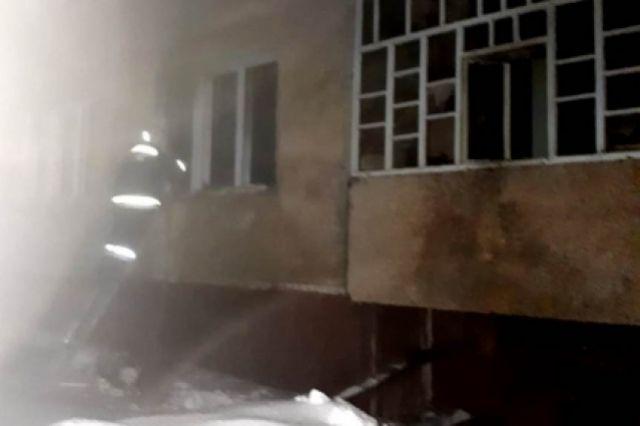 Пожарные борются с огнем в Козловке