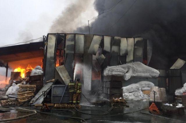 Крупный продуктовый склад загорелся в Новосибирске