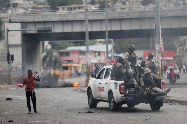 В Гаити люди сожгли американский флаг и обратились к РФ за помощью