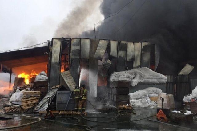 В тушении и ликвидации последствий пожара участвовали 88 пожарных, аварийно-спасательных формирований и служб жизнеобеспечения, 21 пожарная машина.