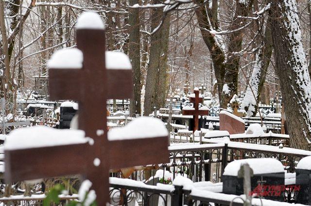Кладбища завалены снегом.