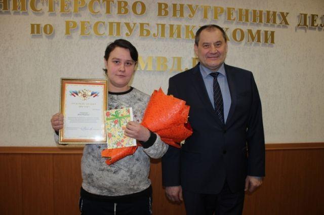 Министр МВД Коми Виктор Половников вручил Юлии Илясовой благодарственное письмо и подарок.