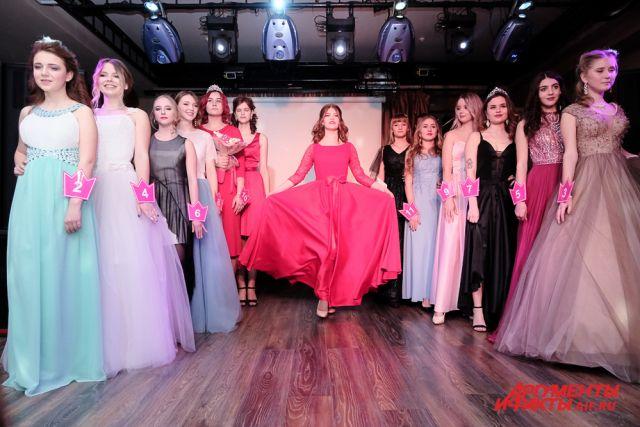 Девушки вышли на дефиле в вечерних платьях.