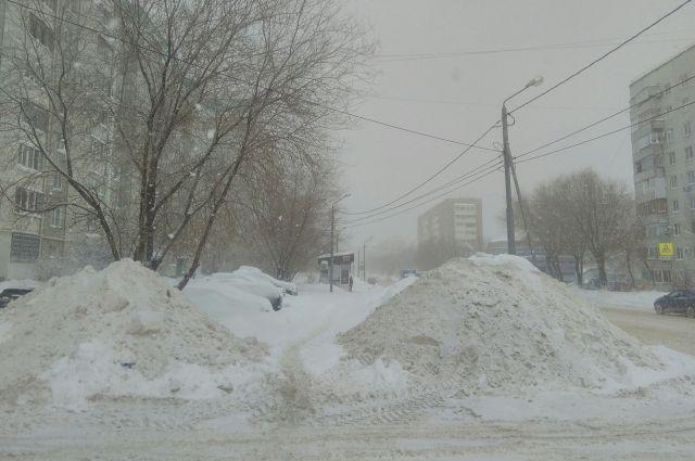 На Оренбург обрушился снегопад.