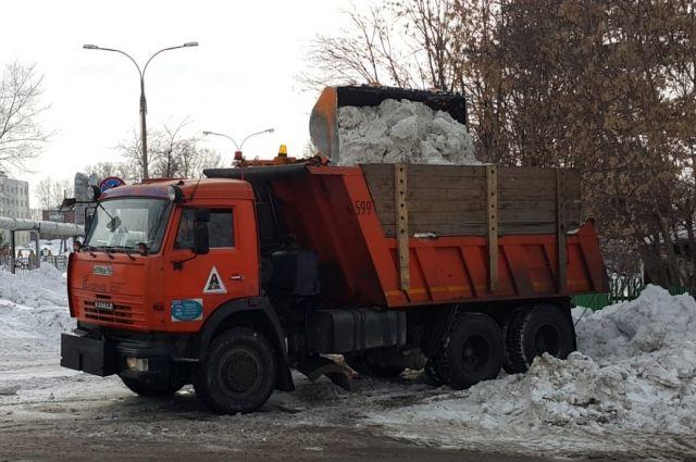 В дневную смену на дорогах Кемерова работают 127 спецмашин.