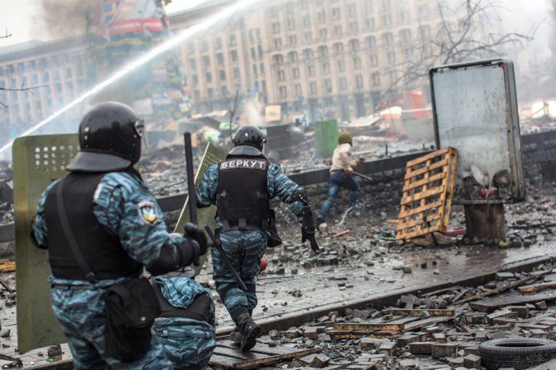 Сотрудники правоохранительных органов во время столкновений с митингующими на площади Независимости в Киеве.