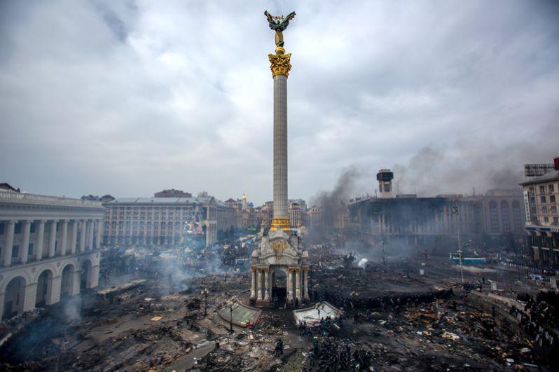 Дым от пожаров и сторонники оппозиции на площади Независимости в Киеве.