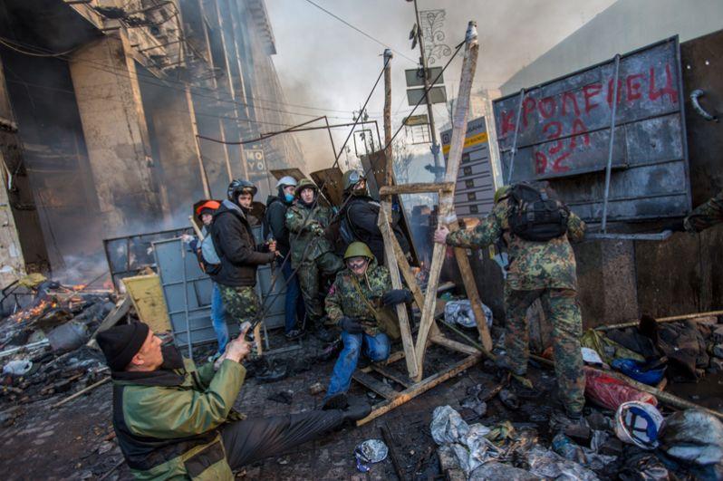 Сторонники оппозиции на площади Независимости в Киеве, где начались столкновения митингующих и сотрудников правопорядка.