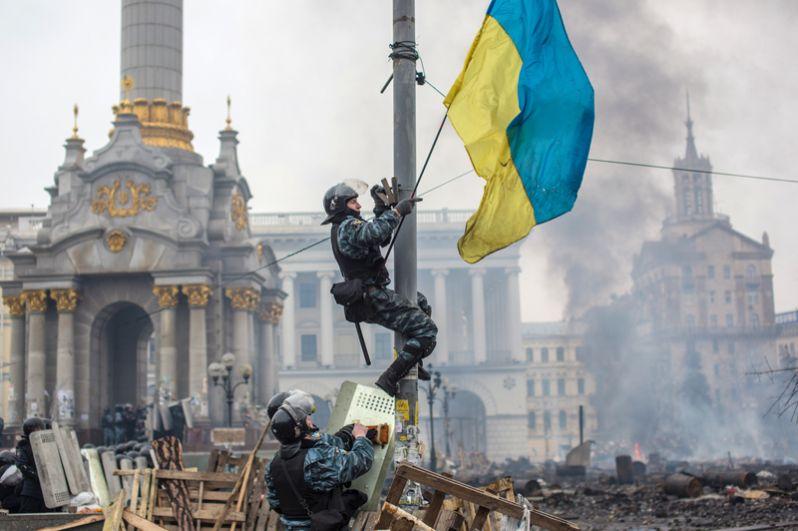 Сотрудники правоохранительных органов на площади Независимости в Киеве, где происходят столкновения митингующих и сотрудников милиции.