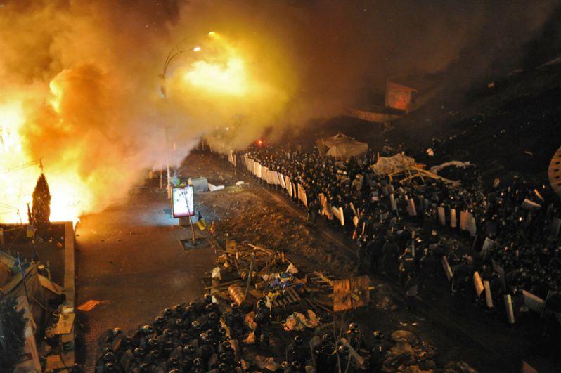 Кордоны полиции у площади Независимости в Киеве, где начались столкновения оппозиции и сотрудников милиции.