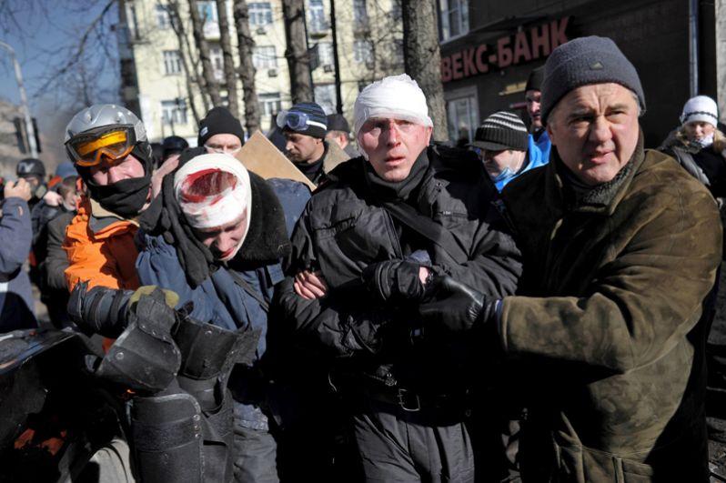 Сотрудники милиции, пострадавшие во время столкновений со сторонниками оппозиции в центре Киева.