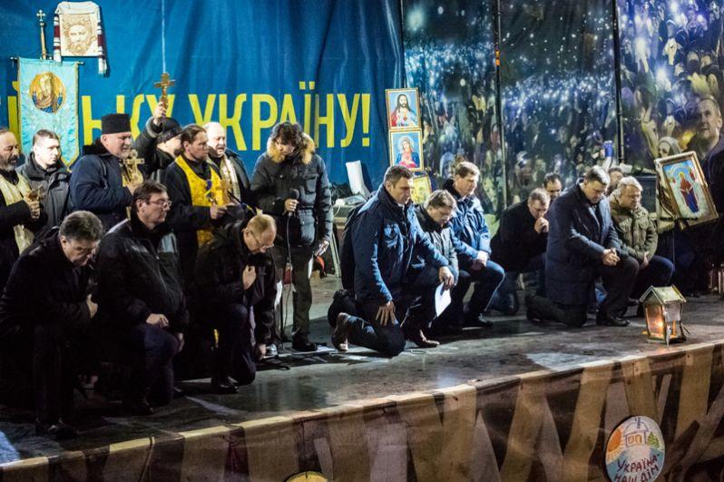 Лидеры оппозиции на площади Независимости во время траурного мероприятия преклонили колени в память о погибших.