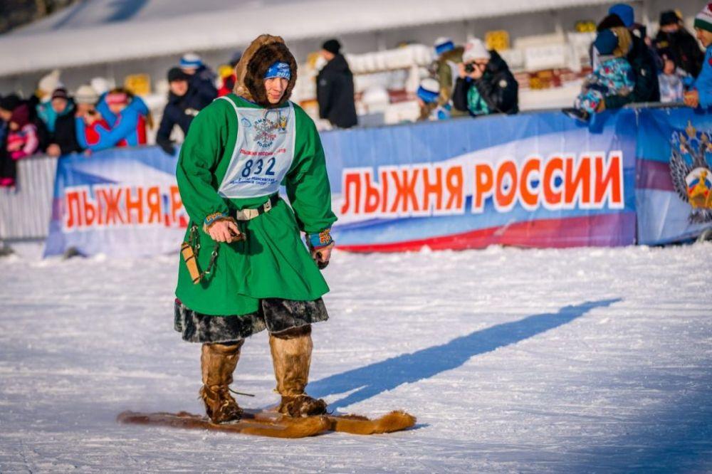 Здесь же бежали и представители коренных народов Севера на охотничьих лыжах.