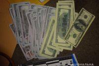 Правоохранители задержали в Киеве пять мошенников, которые под видом акции выманили у пенсионерки около 13 000 гривен и 7 000 долларов.