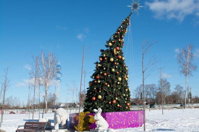 Елка на набережной Упы со стороны Пролетарского моста.