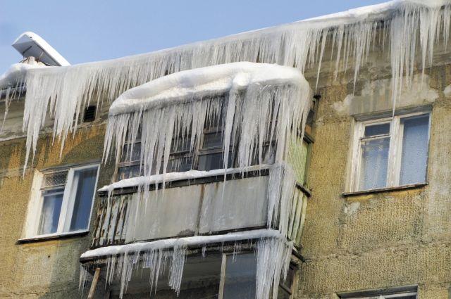 Женщина возвращалась домой из магазина, когда с крыши пятиэтажки на неё упала льдина.