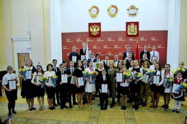 40 ребят получили стипендии от губернатора.