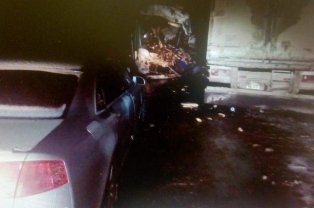 Водитель фуры не справился с управлением, выехал на встречную полосу и столкнулся с автобусом.