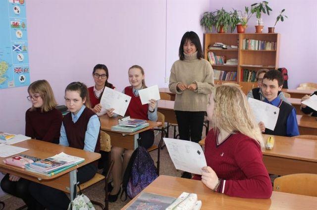 Русского языка учитель иностранных языков не знает, поэтому на уроках исключительно языковая практика.