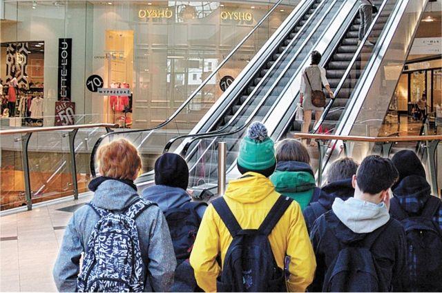 Праздношатающихся школьников привлекают в торговых центрах свобода доступа, бесплатный wi-fi и возможность зарядить телефоны.