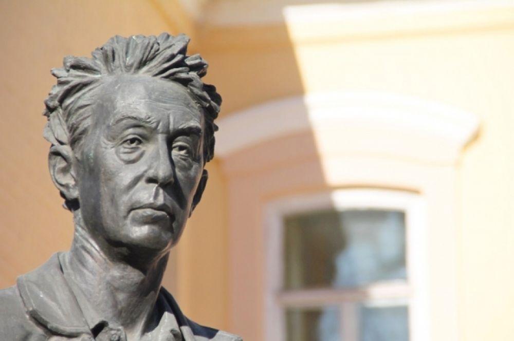 Также был членом Президентского Совета. Являлся заместителем председателя Совета губернаторов России, председателем комитета по недропользованию межрегиональной ассоциации «Сибирское соглашение».