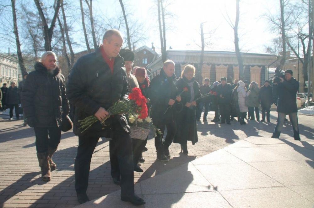В Иркутске прошел митинг, посвященный 85-летию со дня рождения Юрия Абрамовича, на котором политики, строители, ученые выступили с торжественными речами.