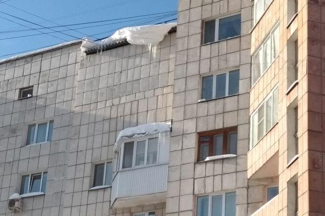 Во время оттепелей жителям стоит опасаться схода снега и льда с крыш.