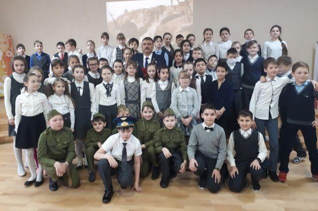 Ученики тюменской школы №43 задали вопросы воину-интернационалисту