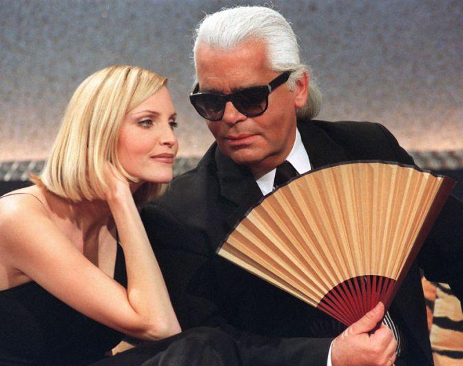 В начале 2000-х Карл Лагерфельд похудел на 42 килограмма. На фото: дизайнер и немецкая модель Надя Ауэрманн на телешоу в Мангейме, 1997 год.