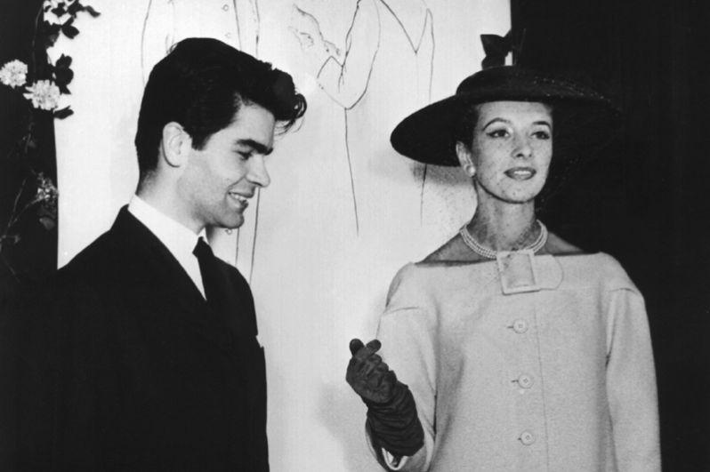 Молодой Карл Лагерфельд, получивший первую премию в конкурсе за дизайн пальто, который организовал Международный секретариат шерсти. 1955 год.