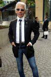 По словам самого Лагерфельда, он просто хотел носить костюмы работы Эди Слимана — креативного директора Dior Homme. На фото: модельер в 2002 году.